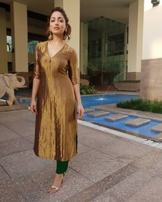 Indian designer wear is incomplete without a luxurious gown. Rangoli has come up with a great set of Indowestern Gown online. Silk Kurti Designs, Salwar Designs, Kurta Designs Women, Kurti Designs Party Wear, Saree Blouse Designs, Mehndi Designs, Indian Fashion Dresses, Dress Indian Style, Indian Outfits