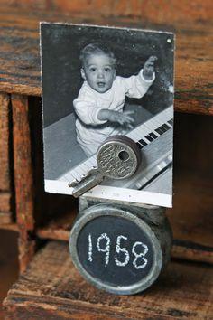 vintage padlock + old key + magnet + chalkboard paint = photo holder! Picture Holders, Photo Holders, Black Chalkboard, Chalkboard Paint, Interior Design Themes, Picture Stand, Chalk It Up, Chalk Board, Key Photo