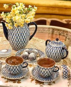 Este posibil ca imaginea să conţină: ceaşcă de cafea, băutură şi interior Coffee Vs Tea, Coffee Is Life, Coffee Cafe, Coffee Drinks, Brown Coffee, Coffee Lovers, Good Morning Coffee, Coffee Break, Cocoa Tea