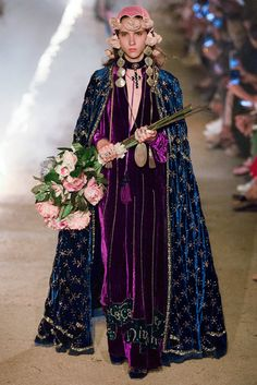 Gucci Milano - Collections Fall Winter - Shows - Vogue. Gucci Fashion Show, Fashion Show Collection, Fashion Week, Runway Fashion, High Fashion, Cruise Fashion, Haute Couture Style, Vogue Paris, Alessandro Gucci