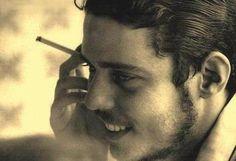 Chico Buarque, mas com essa barbinha rala aeh... tinah que fazer letra bonita mesmo pra conquistar mulherada... kkk