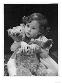 Cutie little toddler hiding behind teddy and hanging on for dear life. Look at those chubby lil hands! Vintage Children Photos, Vintage Pictures, Old Pictures, Old Photos, Vintage Images, Vintage Kids, Antique Photos, Old Teddy Bears, Vintage Teddy Bears