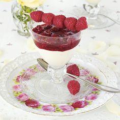 Ljuvligt len vit chokladmousse med hallontopp. Pudding Desserts, No Bake Desserts, Swedish Recipes, Something Sweet, Vit, Panna Cotta, Cheesecake, Deserts, Food And Drink