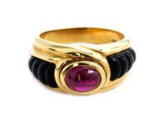 """Ringweite: 54. Gewicht: ca. 10,8 g. GG 750. Signiert """"CHAUMET"""". Aparter Ring mit feinem, ovalem Rubincabochon, ca. 1,2 ct, flankiert von geschnittenen..."""