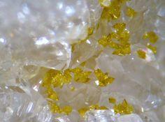Segnitite sur Quartz. Les Montmins, Echassiere, France FOV=2 mm Copyright Florian