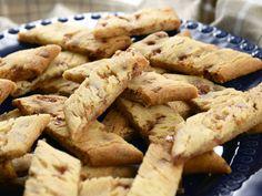 Barnsligt goda sega kolasnittar med hackad daim i. Det är tur de är så lättbakade, de går åt i en rasande fart! Norwegian Food, Bun Recipe, Sweet Pastries, Food Cakes, Biscuit Recipe, Kitchen Recipes, I Love Food, No Bake Cake, Cookie Recipes