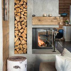"""208 likerklikk, 2 kommentarer – Hytteliv_Inspirasjon (@hytteliv) på Instagram: """"Vakker og praktisk oppbevaring av ved, der vedkubbene blir en dekorativ del av interiøret.…"""""""