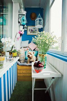Ярко-синий дизайн летнего балкона фото 04