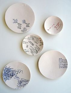 series of dishes with fine motifs painted on top: shopping list, errands, numbers & The post series of dishes with fine motifs painted on top: shopping list, errands, & appeared first on Trendy. Painted Ceramic Plates, Ceramic Clay, Hand Painted Ceramics, Ceramic Pottery, Pottery Art, Clay Projects, Clay Crafts, Diy And Crafts, Pottery Painting