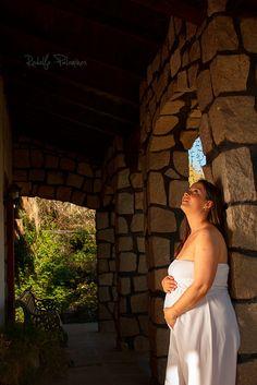 """Hoy fue una tarde entretenidísima con Daniela, que está muy pronta a ser mamá de una hermosa niña :D  La compañía que tuvimos estuvo a la altura de la situación, muy proactiva, iluminando, peinando, maquillando, y todo lo que termine en """"ando"""" :D  Y este lunes vamos a seguir :D  All rights reserved >> www.ojosrojos.net  #Embarazada #Pregnant #Pregnancy"""