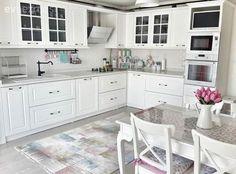 Country stilde esinlenerek, aydınlık ve ferah bir mutfak dekore eden Meral hanımın beyazlar içindeki mutfağının konuğuyuz. Ankastreler, tezgah, eviye, tezgah arası seramikleri ve dolaplarında beyaz...