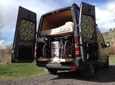 Vaste hoogslaper camper met heel veel opbergruimte onder het bed fietsopslagplaats