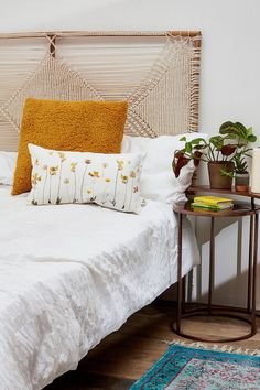 A beautiful DIY headboard can transform a bedroom into a stylish sanctuary. Check out these DIY headboard ideas to get some inspiration. Cushion Headboard, Bed Frame And Headboard, Headboards For Beds, Wooden Bed Headboard, Boho Bed Frame, Bohemian Headboard, Tapestry Headboard, Queen Headboard, Cama Vintage