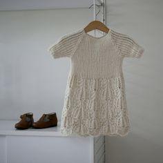 Blomsterkjole (norwegian and english). Knitting pattern for dress Knitting For Kids, Baby Knitting Patterns, Knitting Yarn, Knit Baby Dress, Baby Girl Sweaters, Dress Patterns, Dress Skirt, Knitwear, Short Sleeve Dresses