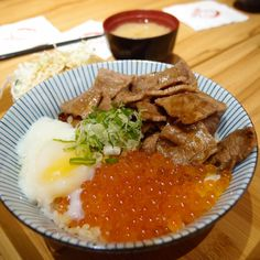 滿腹雙拼丼料蠻多。@燒肉丼食堂 Roasted #Pork & #fish #eggs served on #rice #food #Taiwan