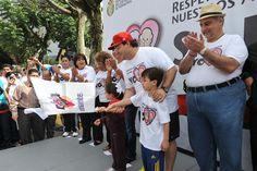 El gobernador Javier Duarte de Ochoa dio el banderazo de la VI Caminata de Adultos Mayores junto con sus hijos Carolina y Javier