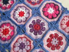 Tapete retangular confeccionado com barbante de excelente qualidade. Em destaque : squares formando flor africana Cor disponível : da foto R$ 80,00