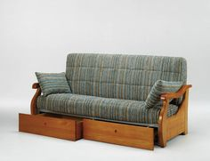 Sofá cama de tres plazas con dos amplios cajones. ¿Se te ocurre una idea mejor para guardar tus cosas y a la vez disponer de una cama? La funcionalidad hecha sofá.