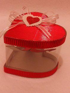 Caja de regalo. Cartón corrugado y pet.                                                                                                                                                                                 Más