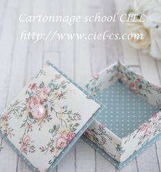 大阪 カルトナージュ CIEL(シエル) 枚方市樟葉のカルトナージュ教室: 優しい色合いの花柄で(会員様カルトナージュ作品) Decoupage Paper, Diy Paper, Paper Crafts, Diy Gift Box, Diy Box, Diy Jewelry Stand, Baby Gift Wrapping, Geometric Origami, Scrapbook Box