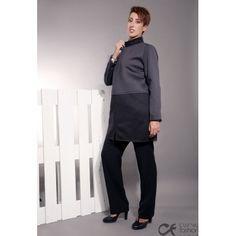 Cappotto nero e grigio in tessuto neoprene con tasche laterali chiuse con zip invisibile. Con collo a fascetta.