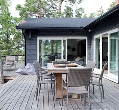 Onni on oma saarimökki | Koti ja keittiö Cabins In The Woods, House In The Woods, Black House Exterior, Weekend House, Facade House, Scandinavian Home, Backyard Patio, Home Design, House Colors
