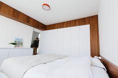 inrichten verdieping Edegem 2013-2014 I slaapkamer (white, sleeping room, stripes of walnut, notelaar, tapijt, prolicht sign round: fresh oh)