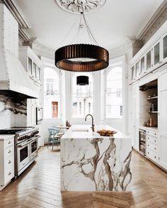 Home Interior Design — White marble kitchen with herringbone wood floors. Küchen Design, Deco Design, Home Design, Design Ideas, Villa Design, Urban Design, Style At Home, Herringbone Wood Floor, White Marble Kitchen