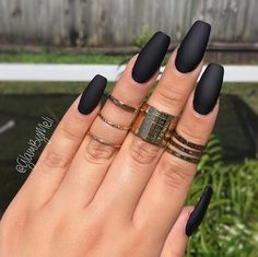Nail art: the trend of black polish cardboard on social networks Une manucure noire mat - Nail Designs Gorgeous Nails, Love Nails, Pretty Nails, Fun Nails, Black Manicure, Matte Black Nails, Black Polish, Gold Polish, Nail Black