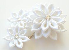 Pinza de pelo de flores de tela Kanzashi de blanco nupcial.