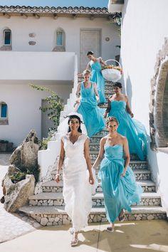 Marisa, una sposa indiana che ha voluto celebrare il suo matrimonio nella nostra amata Sardegna. Qui ha appena terminato di preparasi con le sue damigelle in una delle stanze dell'albergo S'Astore, vanno verso Warren, lo sposo. #wedding #sardiniawedding #destinationwedding #weddingphotographers #sardiniaweddingphotographer #details #rudalza #portorotondo #hotel #weddingbouquet  #weddingreportage #gluephotography #damigelle #weddingcolors #sardegna #india #inghilterra