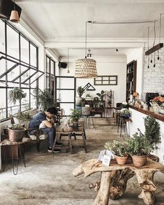 Going to Da Lat without 'checking in virtual' at these 5 cafes is very l. Going to Da Lat Cafe Shop Design, Coffee Shop Interior Design, Restaurant Interior Design, Vintage Coffee Shops, Vintage Cafe, Cafe Bar, Coffee Shop Aesthetic, Cozy Coffee Shop, Deco Restaurant