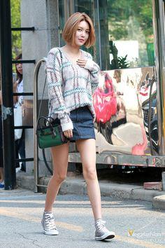 Áo len lông xù mix cùng chân váy denim ngắn và giày thể thao giúp cô nàng trẻ trung trong từng bước đi