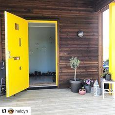 Gult er alltid kult sier @heldyh og vi er så enige.  #swedoor #swedoorno #semindør #mindrømmedør #endørgjørforskjell #jegelskerdører #pulse #dør #ytterdør #interiør #innredning #inspirasjon #boligunivers #nybygg #renovering #oppussing #nyedører #boligmedstil #nordicliving #dørløsninger #dørunivers Garage Doors, Outdoor Decor, Inspiration, Home Decor, Interiors, Modern, Biblical Inspiration, Homemade Home Decor, Interior Design