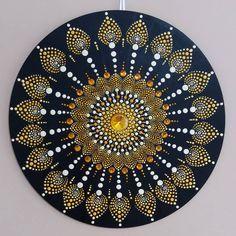 Mandala tamanho 35x35. Tinta acrílica/PVA sobre MDF. (indisponível). . . . #yantramandalas #mandalas #mandalaart #dotilism…