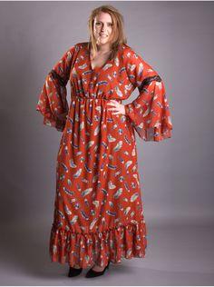 Robe de couleur rouge style bohême par Edmond Boublil. Une