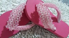 chinelo havaiana infantil, tiras revestidas com fita de cetim rosa e decorada com pitangas e pérolas. Sua filha não vai mais querer tirar de seus lindos pezinhos esse charmoso chinelinho.