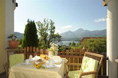 Ein vollwertiges Frühstück auf unserer Terrasse mit herrlichem Seeblick. Patio, Ad Home