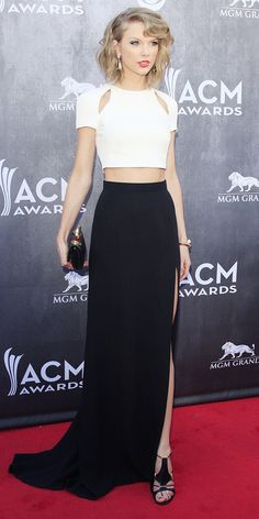 Taylor Swift Turns Up The Heat At The ACM Awards - WhoWhatWear.com