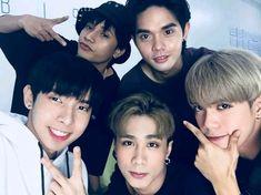 Act Training, Korean Entertainment Companies, Cute Emoji Wallpaper, Pop Group, Bigbang, Shinee, Cute Wallpapers, Hot Dogs, Boy Bands