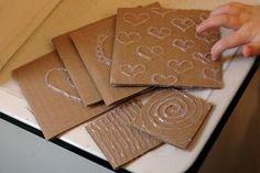 Placas de frotamiento de pegamento caliente. Haga su diseño con pegamento caliente en un pedazo cuadrado de cartón, dejar secar y luego entregarla a los niños con algunas hojas de papel y lápices de colores para frotar