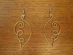 Boucles d'oreilles en fil d'aluminium doré fait main en forme d'ailes d'ange