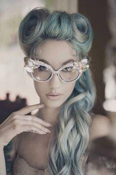 Sfumature verdi e grige tra i capelli lunghi e mossi Pettinature Vintage 0d63255eb29c