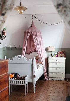 Best barnrum kids room interior inredning vintage child's room Casa Kids, Deco Kids, Kids Room Design, Bedroom Vintage, Vintage Nursery, Deco Design, Design Design, Interior Design, Little Girl Rooms