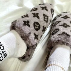 Bedroom Slippers, Fur Slides, Aesthetic Clothes, Things To Buy, Chic Outfits, Me Too Shoes, Faux Fur, Autumn Winter Fashion, Monogram