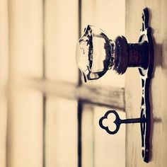 Old keys <3 and the glass door knob? well that pulls my antique heart strings too. (For antique door in living room)