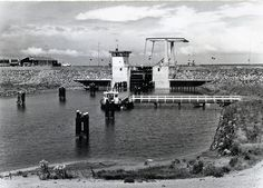 Zuidelijk Flevoland. De brug met sluis bij het gemaal 'De Blocq van Kuffeler'.  Fotocollectie Nieuw Land. Rijksdienst voor de IJsselmeerpolders, Potuyt