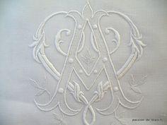 Articles vendus > Linge ancien de lit > LINGE ANCIEN /Beau et grand drap festonné sur toile de lin fin avec monogramme AV - Linge ancien - Passion-de-Blanc - Textiles anciens
