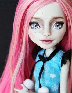 """""""Lisa"""" a Monster High Rochelle Goyle Repaint"""