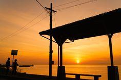 下灘駅を訪れるのにおすすめしたい時間はお昼間だけではありません。何にも邪魔されずに海に沈んでいく太陽を見られる、絶景のスポットです。